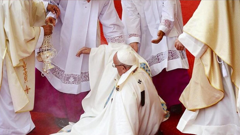 El papa Francisco se cayó durante una misa en Polonia