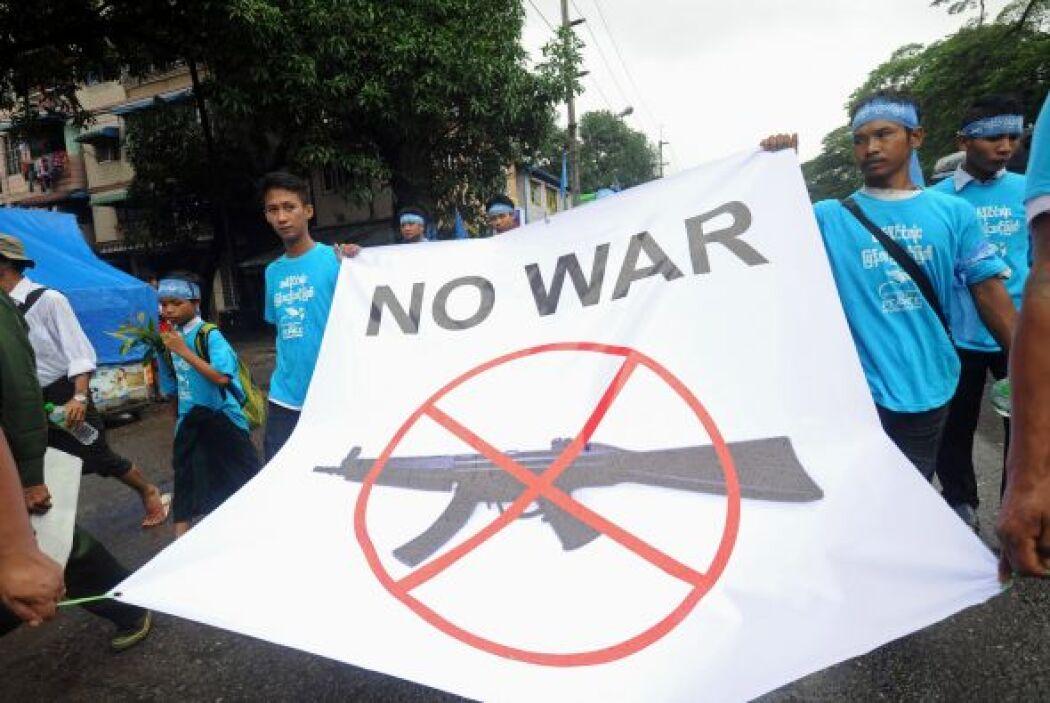 En una marcha con motivo del Día Internacional de la Paz en Myanmar, se...