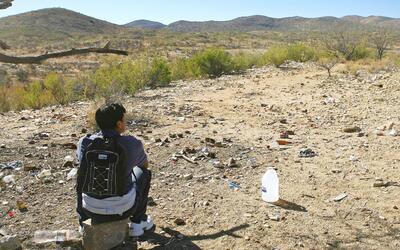 Un inmigrante indocumentado se toma un descando en la frontera entre M&e...