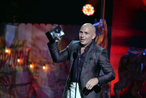 Pitbull se llevó el premio y lo recibió con mucho orgullo.