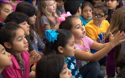 Greg Abbott acudió a un evento en una escuela primaria en San Antonio y...