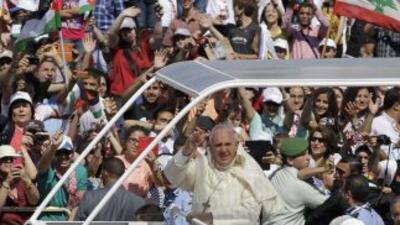 Francisco a bordo de un papamóvil en Ammán, Jordania.