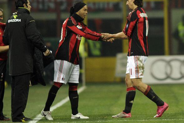 Ronaldinho entra al campo de juego por el sueco Ibrahimovic sobre el cie...