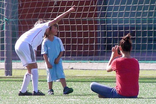 ¿Será en el futuro una estrella del fútbol?Mira aquí los videos más chis...