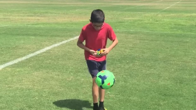 Niño de 11 años domina el balón y resuelve el cubo de Rubik