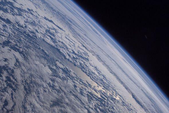 Las fotografías muestran la oscuridad del espacio, el azul de la...