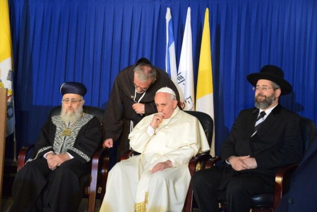 El Papa entre el Gran Rabino Askenazi, Yona Metzger, y el Gran Rabino Se...