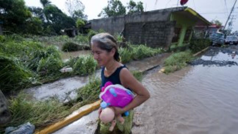 El paso del huracán Karl por territorio mexicano ha dejado al menos 16 p...