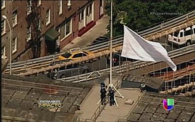 Misteriosamente fueron sustituidas las banderas del puente de Brooklyn