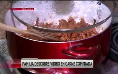 Familia descubre vidrio en carne
