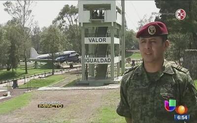 Paracaidista del ejercito de México se enredó a la hora de saltar