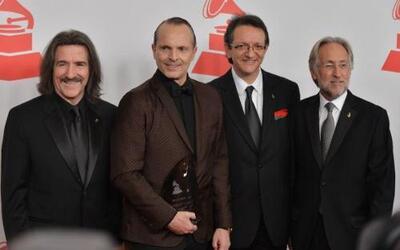 Miguel Bosé junto a los miembros de LARAS en la alfombra roja de Persona...
