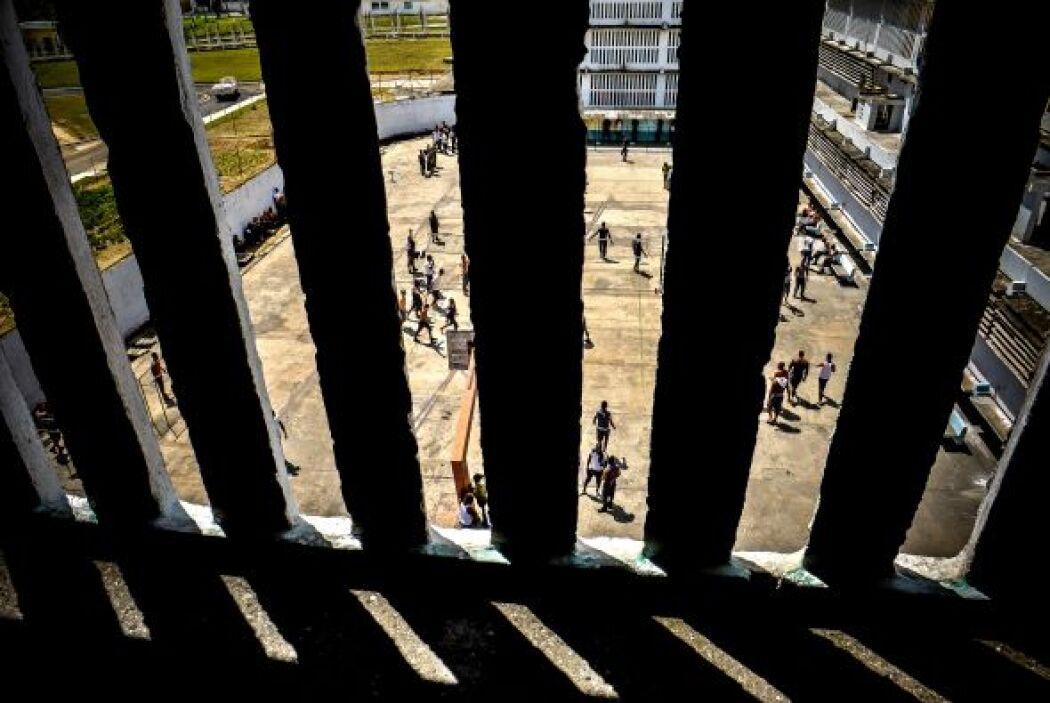 19. En el mes de abril, periodistas extranjeros y cubanos  accedieron a...