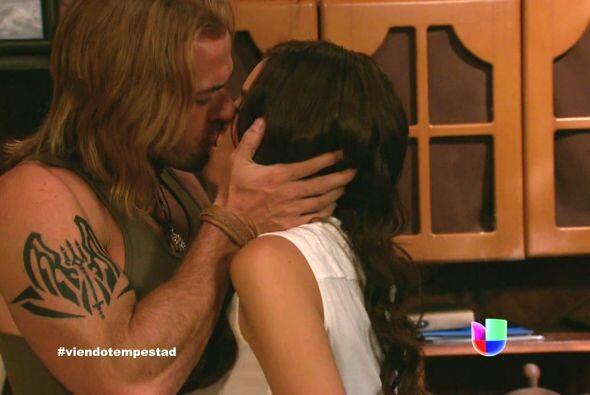 Y sin pensarlo, Damián la tomó entre sus brazos y la besó.