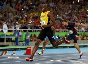 Usain Bolt cruzando la meta en los 200m en Río 2016.