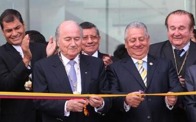 El presidente de la FIFA, Joseph Blatter, y el presidente de la Federaci...