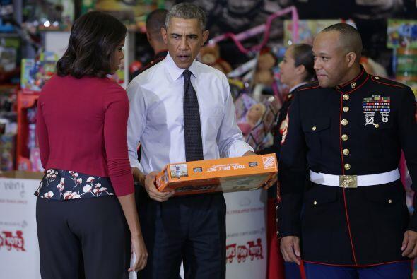 Aquí se muestra como el presidente hace entrega de los juguetes a un marin.