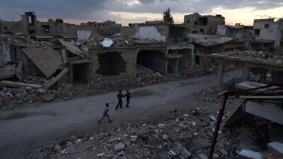 Niños sirios caminan en Douda durante el primer día de la tregua.