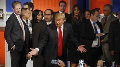 Trump le habla al público del cuatro debate presidencial republicano
