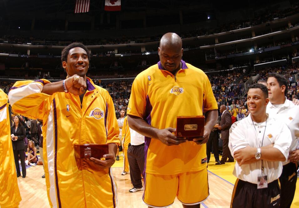 Kobe Bryant y Shaquille O''Neal de Los Angeles Lakers mirando su anillo...