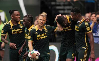 Jugadores de Portland celebran victoria
