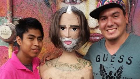 La polémica foto del Potrillo hecha piñata.