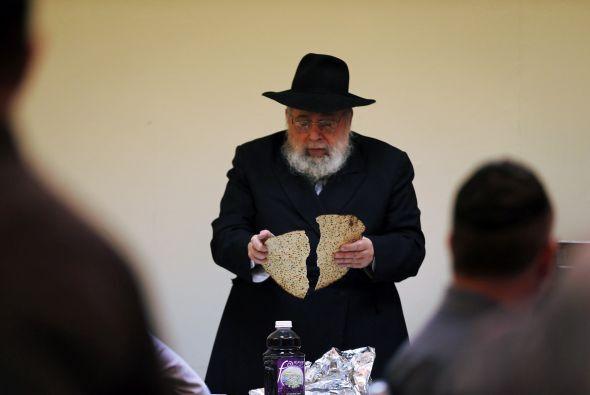Los boles con agua salada se emplean en las dos unciones del Seder: uno...