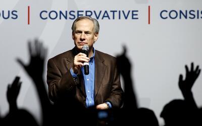 El inoportuno chiste del gobernador de Texas sobre disparar a periodistas