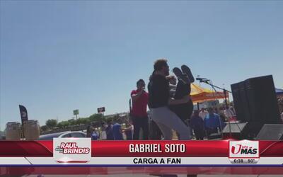 Gabriel Soto cargó a fan en el escenario