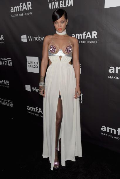 Rihanna es una de las cantantes que más escotes usa, pero este con tonos...