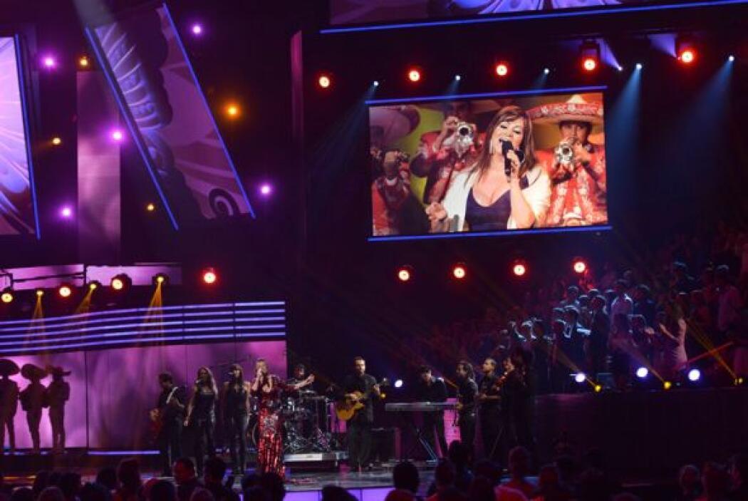 Mientras cada una de las artistas cantaba, las imágenes de Jenni Rivera...
