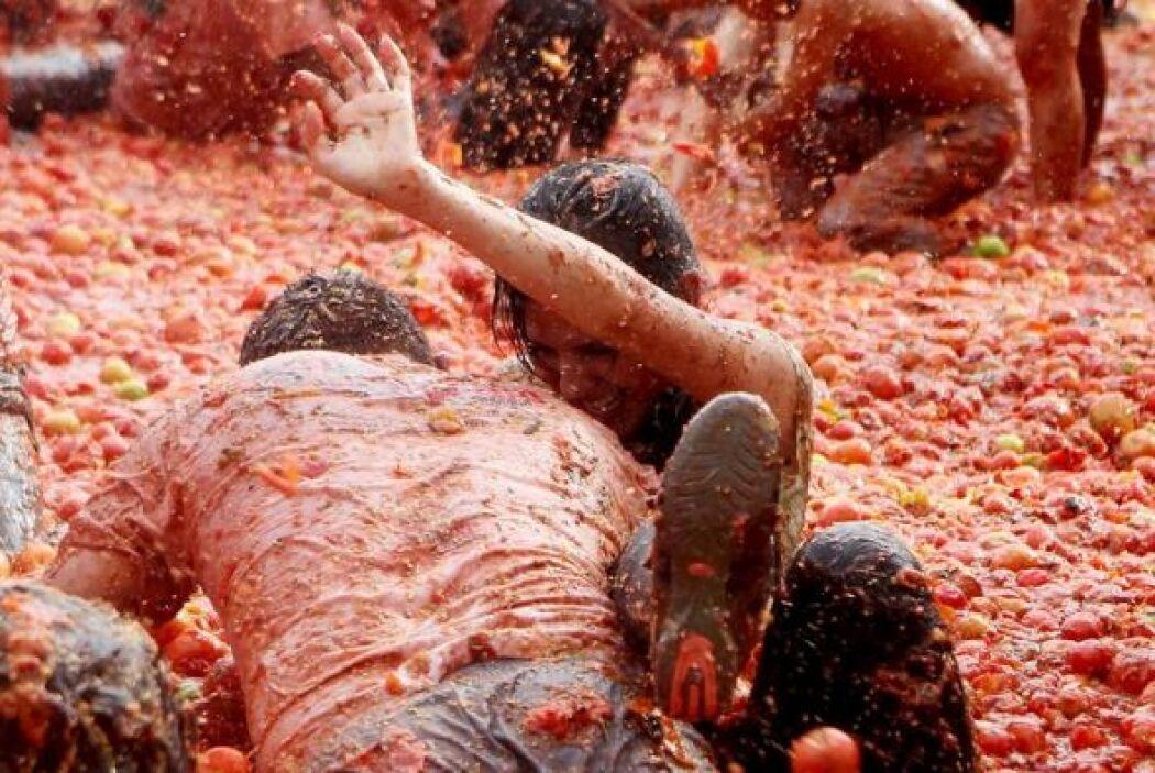 En la tomatina se usaron cerca de diez toneladas de tomate.,