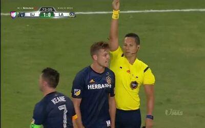 Tarjeta amarilla. El árbitro amonesta a Robbie Rogers de LA Galaxy