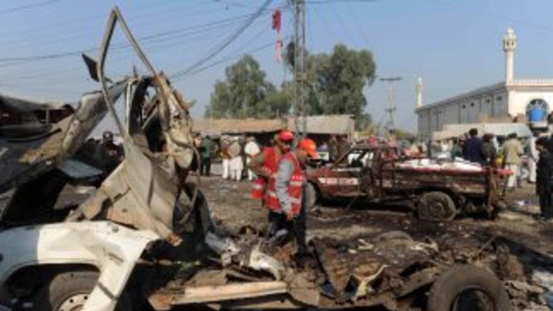 un vehículo cargado de explosivos estalló ante un grupo de fieles chiita...