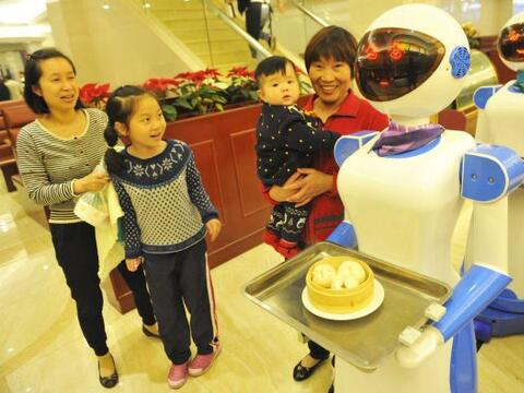 En China, inauguraron el restaurante Robot Dinning Hall, cuya principal...