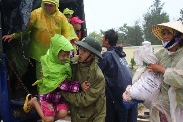 Un soldado asiste a una pequeña en Vietnam. (AFP/Getty)