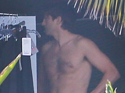 El actor se quitó la camisa para filmar un comercial para televis...