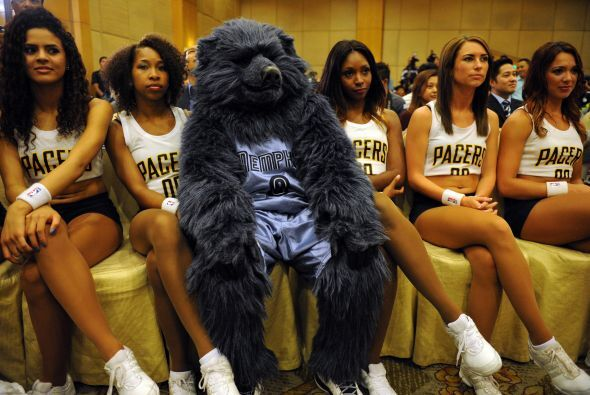 James Harden de los Rockets, Eric Gordon de los Pelicans, las cheerleade...