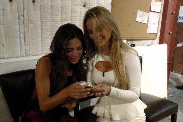 Pamela Silva y Ximena Córdoba estaban muy entretenidas platicando con to...