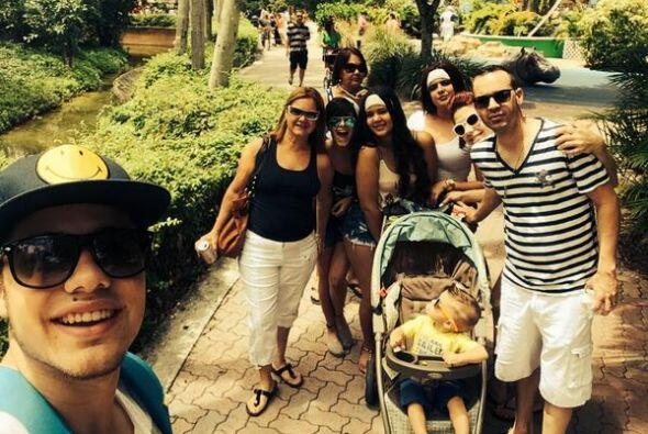 """#HappyEaster at #MiamiZoo with the family..."", comparti&oacut..."
