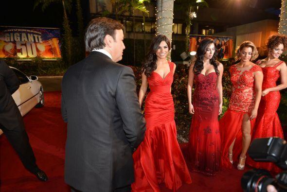 Las chicas llegaron muy bien acompañadas por Javier Romero.