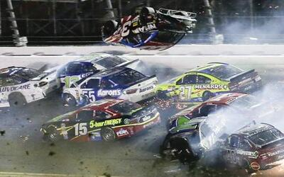 Un espectacular accidente en el circuito Daytona International Speedway...