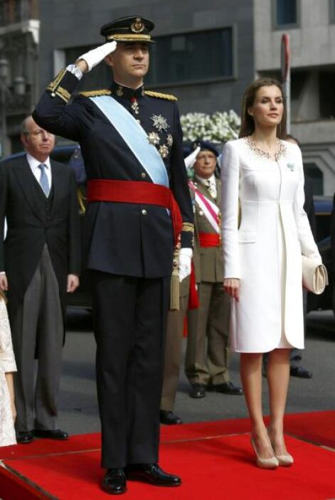 La faja o fajín simboliza que Felipe VI asume la condición de jefe de la...