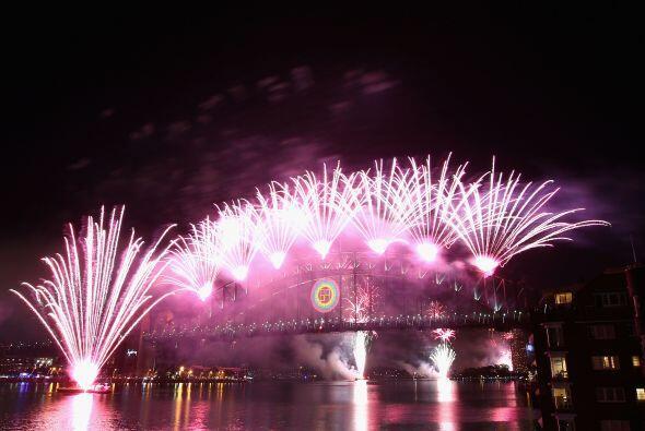 El 2012 ya está aquí. Los australianos se reunieron a observar los fuego...