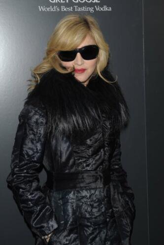 Los 'glamourosos' abrigos de piel y lentes oscuros le dan la imagen de d...