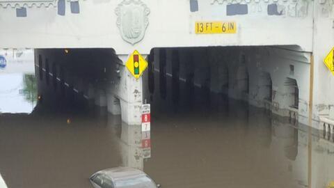 Inundaciones en varias de las vías principales de Tucson, Arizona...