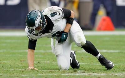 Los Eagles se quedaron sin su QB titula, Nick Foles tuvo que salir por l...