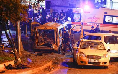 Las ambulancias llegaron al estadio en Estambul tras el ataque para auxi...