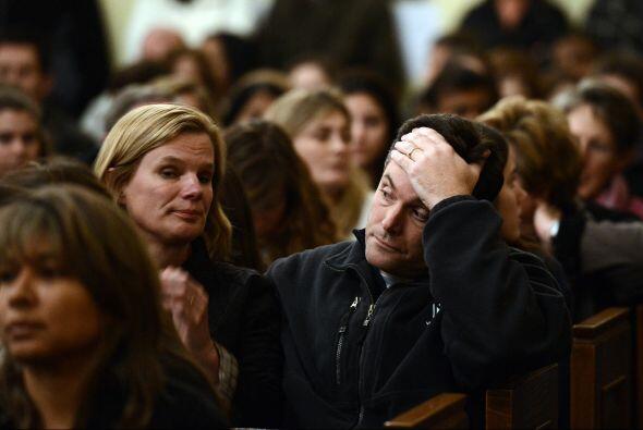 Con la iglesia llena a toda su capacidad, cientos de ellos tomados de la...