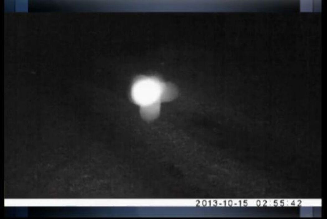 Una cámara de seguridad de alta definición, grabó este extraño objeto lu...